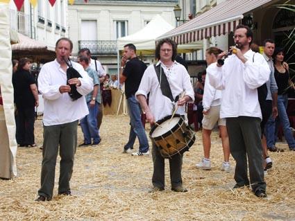trio bombarde-biniou-tambour dans un marché à l'ancienne